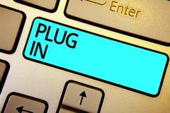 Begriffshandschriftvertretung schließen an Geschäftsfoto, das Gerät in Strom setzend, um ihn auf Energie zu drehen es Connecti zu stockbild