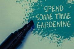 Begriffshandschriftvertretung wenden etwas Zeit-Gartenarbeit auf Geschäftsfoto, das Relax Blumenfrüchte pflanzend zur Schau stell lizenzfreies stockbild