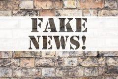 Begriffsmitteilungstext-Titelinspiration, die gefälschte Nachrichten zeigt Geschäftskonzept für die Propaganda-Zeitungs-Fälschung stockfotos