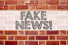 Begriffsmitteilungstext-Titelinspiration, die gefälschte Nachrichten zeigt Geschäftskonzept für die Propaganda-Zeitungs-Fälschung lizenzfreie stockbilder