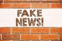 Begriffsmitteilungstext-Titelinspiration, die gefälschte Nachrichten zeigt Geschäftskonzept für die Propaganda-Zeitungs-Fälschung lizenzfreie stockfotografie