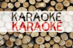 Begriffsmitteilungstext-Titelinspiration, die Karaoke-Geschäftskonzept für die Gesang-Karaoke-Musik geschrieben auf hölzerne Rück Lizenzfreie Stockfotos