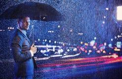 Begriffsporträt eines Geschäftsmannes, der das Nachtleben betrachtet lizenzfreies stockfoto