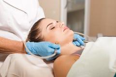 Begriffsschönheit und Cosmetologybild der Hände einiger Kosmetiker, die ihre jeweilige Ausrüstung halten schönheit Lizenzfreies Stockfoto