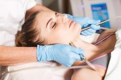 Begriffsschönheit und Cosmetologybild der Hände einiger Kosmetiker, die ihre jeweilige Ausrüstung halten schönheit Lizenzfreies Stockbild