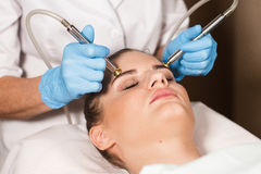 Begriffsschönheit und Cosmetologybild der Hände einiger Kosmetiker, die ihre jeweilige Ausrüstung halten schönheit Lizenzfreie Stockfotografie