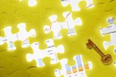 Begriffsschuß mit fehlendem Puzzlespielstück lizenzfreie stockfotografie