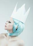 Begriffsstudioporträt der Frau mit dem cyan-blauen Haar Stockbilder