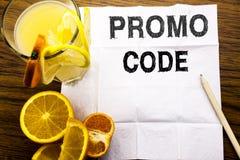 Begriffstexttitel, der Promo-Code zeigt Konzept für Förderung für das on-line-Geschäft geschrieben auf Seidenpapier auf dem hölze Lizenzfreie Stockbilder