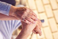Begrip en steun voor oudere samen Gelukkige mensen royalty-vrije stock foto