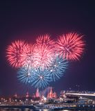 Begroeting boven het Kremlin vuurwerk bij de festival` Spassky Toren ` stock afbeelding