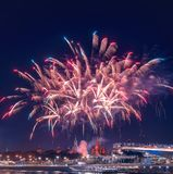 Begroeting boven het Kremlin vuurwerk bij de festival` Spassky Toren ` stock afbeeldingen