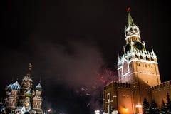 Begroeting ter ere van het nieuwe jaar 2019 op rood vierkant tegen het Kremlin, Spasskaya-toren royalty-vrije stock foto's