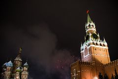 Begroeting ter ere van het nieuwe jaar 2019 op rood vierkant tegen het Kremlin, Spasskaya-toren royalty-vrije stock afbeeldingen