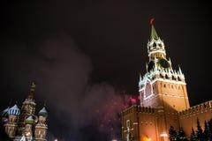 Begroeting ter ere van het nieuwe jaar 2019 op rood vierkant tegen het Kremlin, Spasskaya-toren royalty-vrije stock fotografie
