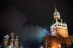 Begroeting ter ere van het nieuwe jaar 2019 op rood vierkant tegen het Kremlin, Spasskaya-toren stock afbeeldingen