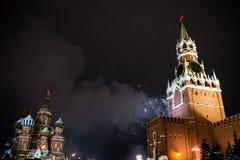 Begroeting ter ere van het nieuwe jaar 2019 op rood vierkant tegen het Kremlin, Spasskaya-toren stock fotografie