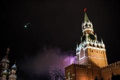 Begroeting ter ere van het nieuwe jaar 2019 op rood vierkant tegen het Kremlin, Spasskaya-toren royalty-vrije stock foto
