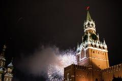 Begroeting ter ere van het nieuwe jaar 2019 op rood vierkant tegen het Kremlin, Spasskaya-toren stock foto