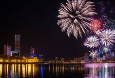 Begroeting in Yekaterinburg-stadsvijver en de nacht van de binnenstad royalty-vrije stock foto