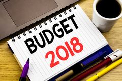 Begroting 2018 Bedrijfsconcept voor Huishouden die boekhouding planning geschreven op notitieboekjeboek in de begroting opnemen o Royalty-vrije Stock Foto