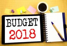 Begroting 2018 Bedrijfsconcept voor Huishouden die boekhouding planning Geschreven op tabletlaptop in de begroting opnemen, houte Royalty-vrije Stock Fotografie