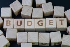 Begroting, financiële toewijzing op uitgave en kostenconcept door kubus houten blok met alfabet die de woordbegroting bouwen op h stock afbeeldingen