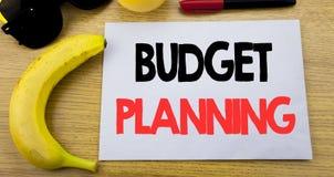 Begroting planning Bedrijfsconcept voor het Financiële In de begroting opnemen geschreven op kleverig nota leeg document, houten  Stock Afbeelding
