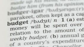 Begroting, potlood die woord op woordenschatpagina richten in het Engels, besparingen planning stock video