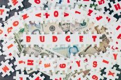 Begrotingsidee, figuurzaag van het overvloed de witte raadsel met alfabetten combin Stock Fotografie