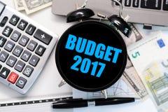 Begrotingsoefening of voorspelling voor het aanstaande jaar 2017 met uitstekende klok met zwart vertoningsconcept Stock Foto's