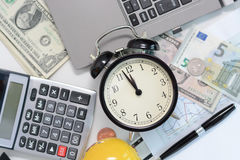 Begrotingsoefening of voorspelling voor het aanstaande jaar van 2017 met oud klokconcept Royalty-vrije Stock Fotografie