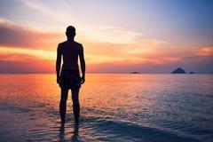 Begrundande på den tropiska stranden royaltyfri fotografi