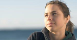 Begrundande som tänker om livkvinnan som ser till himmelslutet upp stock video