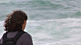 begrundande Turist- hållande ögonen på vågor arkivfoton