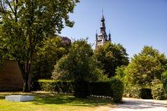 Beguinage公园和圣马丁` s教会,科特赖克,富兰德,比利时 免版税库存图片