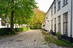 Beguinage的(Begijnhof)白色房子在布鲁日 免版税图库摄影