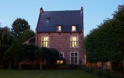 Beguinage nachts in Löwen, Belgien lizenzfreies stockbild