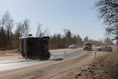BEGUNITSY,列宁格勒地区, VOLOSOVO区,俄罗斯- 2018年4月13日公路交通事故 有滚动的沙子的卡车 免版税图库摄影