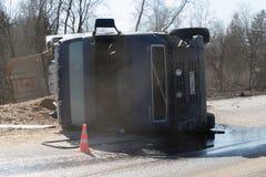 BEGUNITSY,列宁格勒地区, VOLOSOVO区,俄罗斯- 2018年4月13日公路交通事故 有滚动的沙子的卡车 免版税库存图片