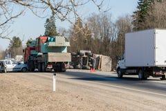 BEGUNITSY,列宁格勒地区, VOLOSOVO区,俄罗斯- 2018年4月13日公路交通事故 有滚动的沙子的卡车 库存图片