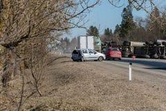 BEGUNITSY,列宁格勒地区, VOLOSOVO区,俄罗斯- 2018年4月13日公路交通事故 有滚动的沙子的卡车 图库摄影