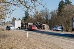 BEGUNITSY,列宁格勒地区, VOLOSOVO区,俄罗斯- 2018年4月13日公路交通事故 有滚动的沙子的卡车 免版税库存照片