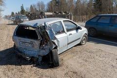 BEGUNITSY, REGIÓN de LENINGRAD, DISTRITO de VOLOSOVO, RUSIA - 13 de abril de 2018 accidente de tráfico por carretera Camión con l Imagen de archivo
