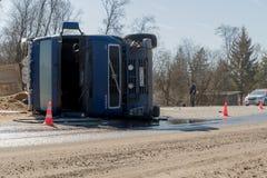 BEGUNITSY, REGIÓN de LENINGRAD, DISTRITO de VOLOSOVO, RUSIA - 13 de abril de 2018 accidente de tráfico por carretera Camión con l Fotografía de archivo