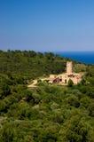 从Begur小山的城堡房子在卡塔龙尼亚西班牙 库存照片