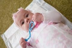 Begynnande flicka i moderklubbalek med leksaken Arkivfoton