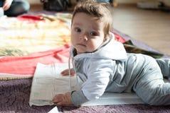 Begynnande pojke på golvet Arkivbild