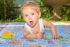 Begynnande pojkekrypning Fotografering för Bildbyråer