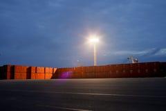 Behälter auf dem Dock Lizenzfreie Stockfotografie